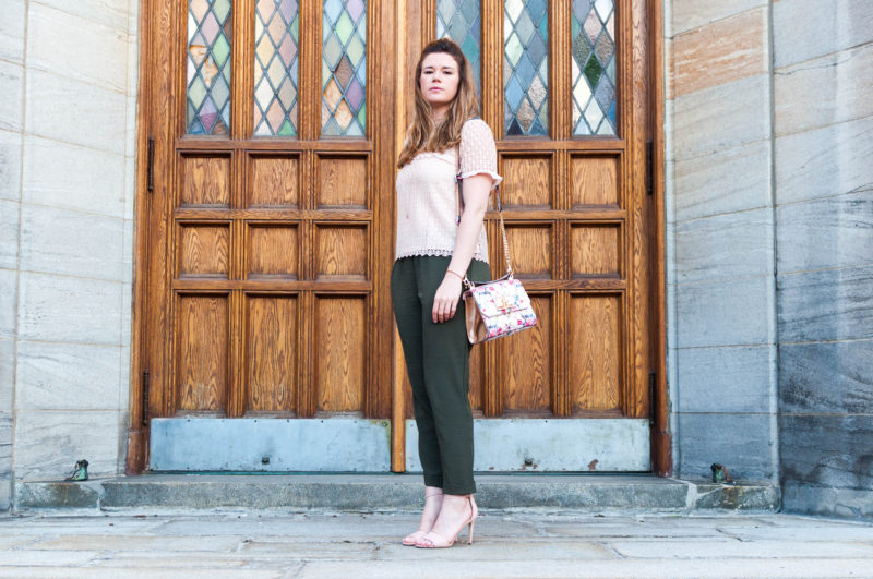 The Dreamcatcheuse - look aldo pantalon fluide et accents rose pâle